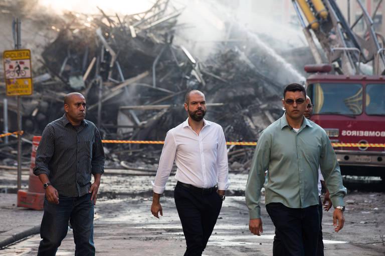 O prefeito Bruno Covas, em vistorias ao local do desabamento de um prédio de 24 andares, no centro de SP