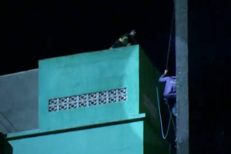 Um incêndio de grandes proporções atingiu dois edifícios no largo do Paissandu, no centro de São Paulo, próximos à avenida Rio Branco. O fogo começou por volta das 1h30 e às 2h50 um dos prédios desabou, homem que caiu. Reprodução TV Globo
