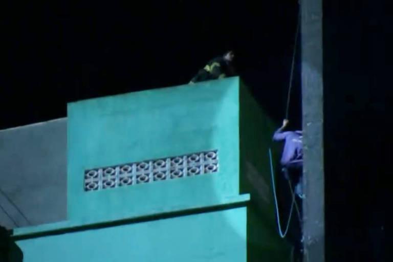 Momento em que bombeiros tentavam resgatar vítima que está desaparecida em SP