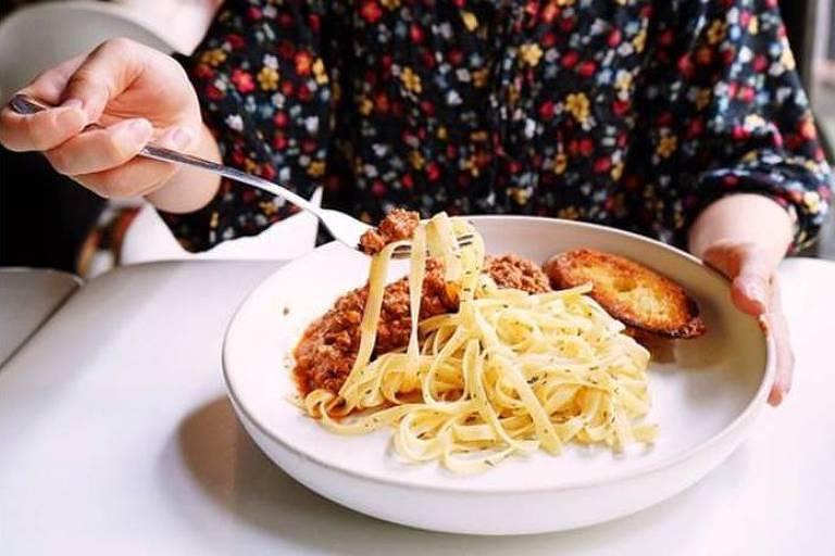 Comer muita massa e arroz foi associado à entrar na menopausa um ano e meio mais cedo do que a idade média no Reino Unido, de 51 anos