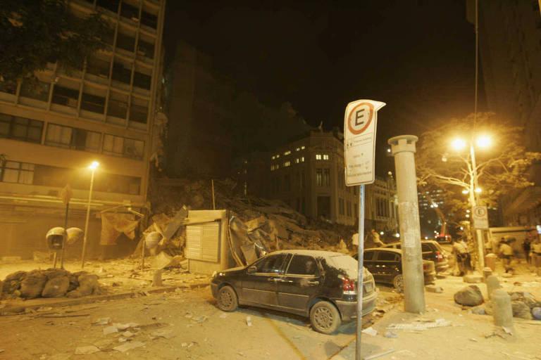 Três prédios desabaram no centro do Rio em 2012, cobrindo a região com poeira e entulho