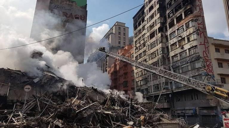 Edifício foi abaixo em cerca de 90 minutos, metade do tempo que um prédio da mesma altura deveria resistir, diz engenheiro