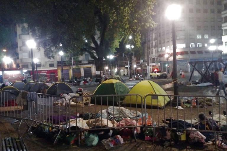 Moradores de prédio que desabou dormem no largo do Paissandu