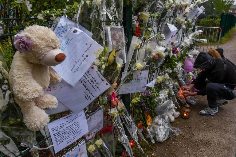 Flores, cartas e presentes deixados em memorial para Angélique em Wambrechies, no norte da França