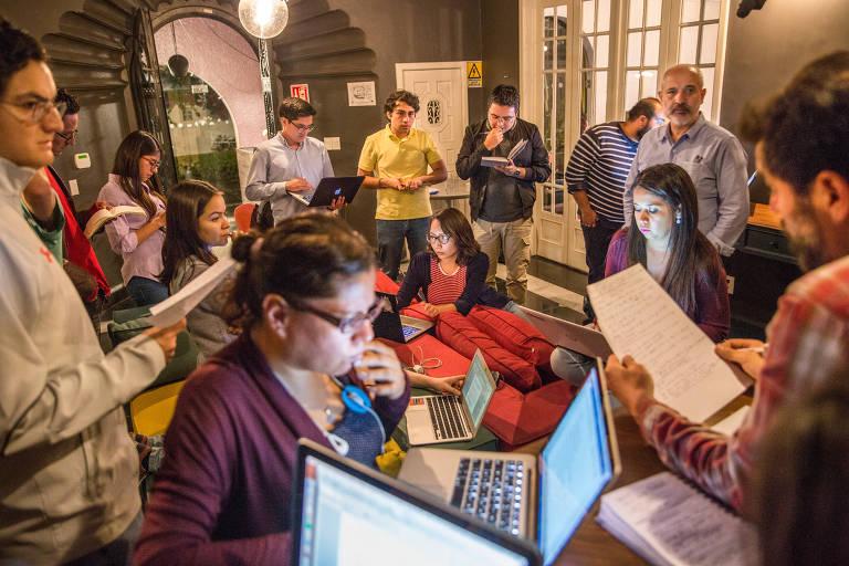 Grupo de voluntários na sede da organização de verificação de fatos Verificado 2018, na Cidade do México