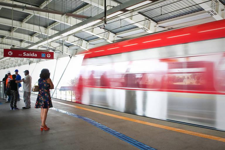 Movimento na estação Guarulhos-Cecap em seu primeiro dia útil  de funcionamento