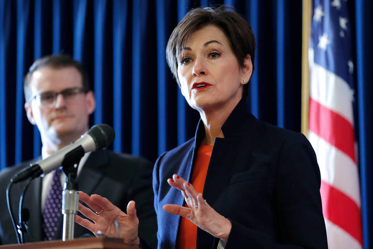 A governadora do estado de Iowa, a republicana Kim Reynolds, fala em entrevista à imprensa