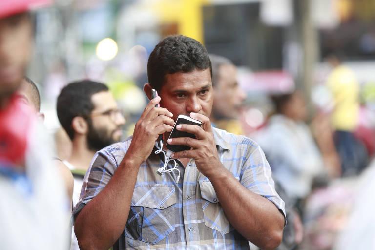 Ex-marido de mulher desaparecida após desabamento de prédio, Antônio Ribeiro Francisco, percorre o largo do Paissandu durante buscas
