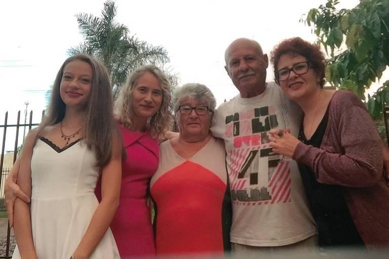 Ao centro, Terezinha Bandeira Farias (1945-2018) com as filhas, o marido e a neta