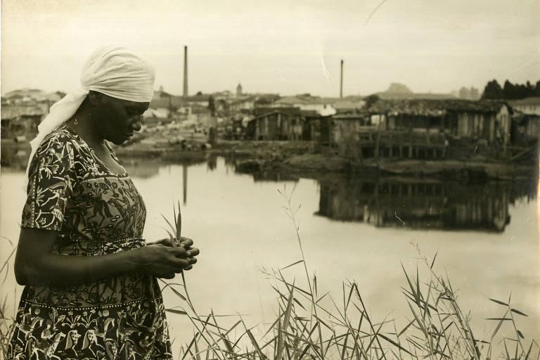 A escritora Carolina Maria de Jesus, em 1958, na favela do Canidé