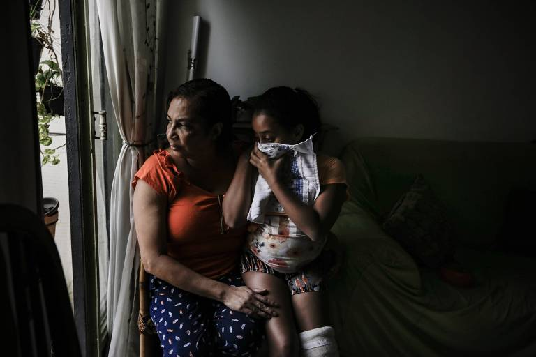 Edna e a filha Maria Izabel observam local em que prédio desabou no centro de São Paulo