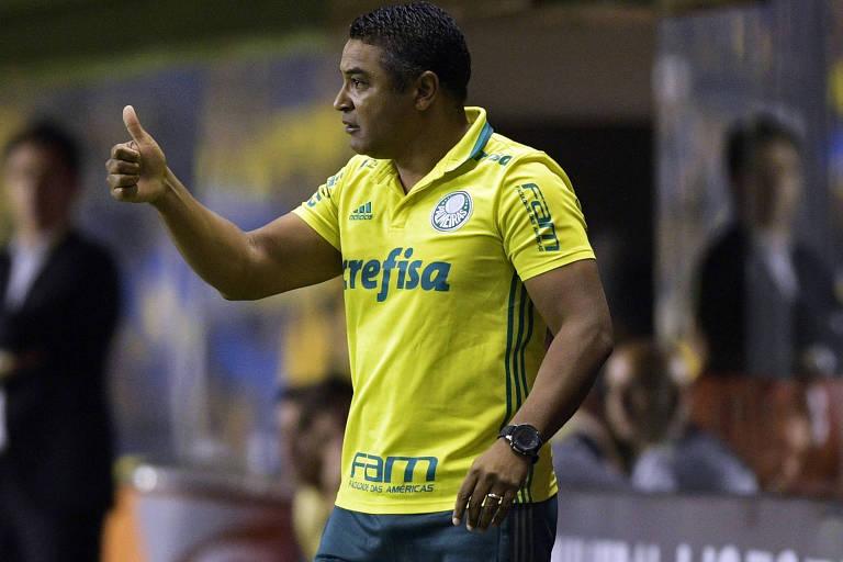 O técnico Roger Machado durante vitória do Palmeiras contra o Boca Juniors, na Bombonera