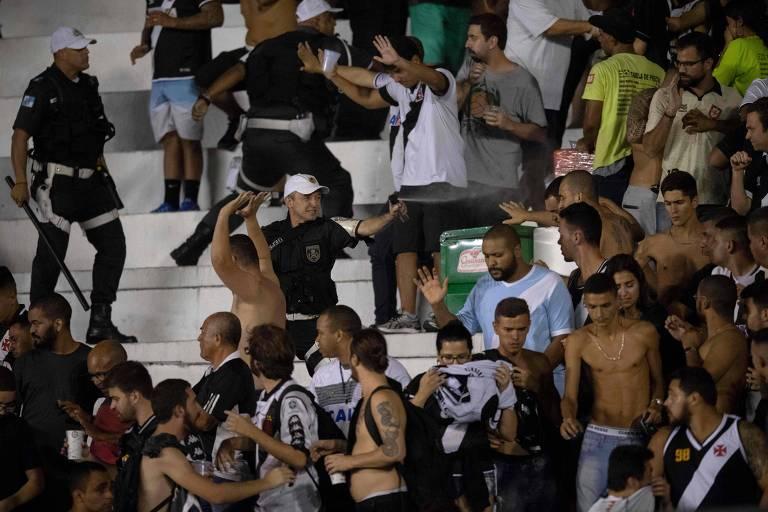 Policial usa gás de pimenta para dispersar torcedores do Vasco em São Januário