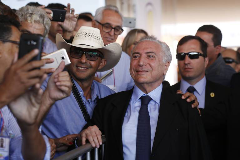 O presidente Michel Temer sorri para câmeras de celulares em visita à feira da Agrishow, em Ribeirão Preto (SP), nesta quinta-feira (3)