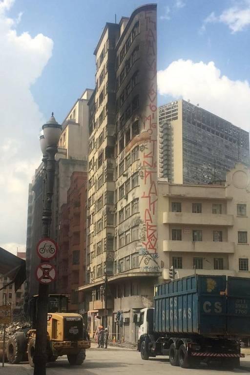 Edifício em frente ao que desabou em SP, que também corre risco de colapso