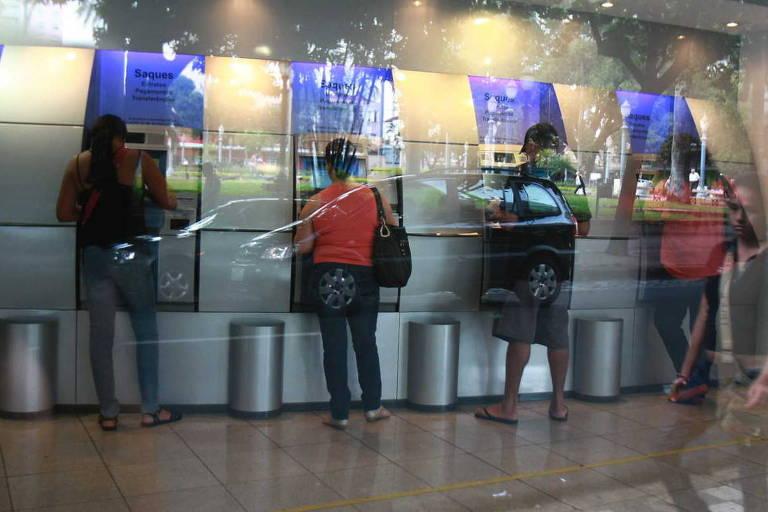 Clientes usam caixas eletrônicos do Banco do Brasil