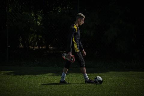 GUARULHOS, SP, BRASIL, 09-04-2018: O goleiro Kaique Rocha (22), sem clube por aproximadamente seis meses, tenta se recolocar no futebol profissional. (Foto: Bruno Santos/ Folhapress) *** FSP-ESPORTE *** EXCLUSIVO FOLHA***