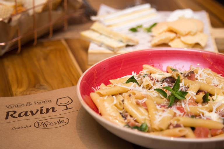 No Vinho & Pasta, Penne Pérola Negra tem mozarela de búfala, azeitona, pancetta e queijo pecorino