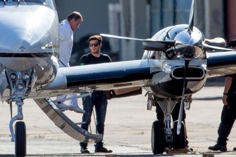 O ex-ministro Geddel Vieira Lima desembarca do avião da PF no hangar da corporação, em Brasília, após ser preso