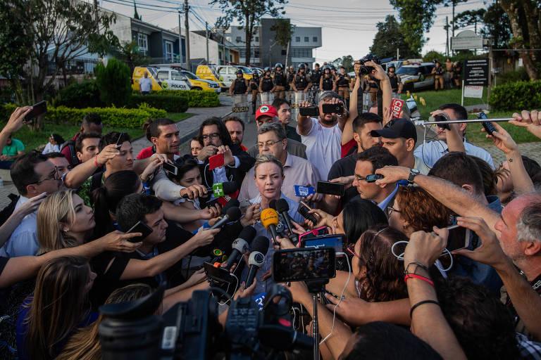A senadora Gleisi Hoffmann concede entrevista em frente à superintendência da Policia Federal em Curitiba