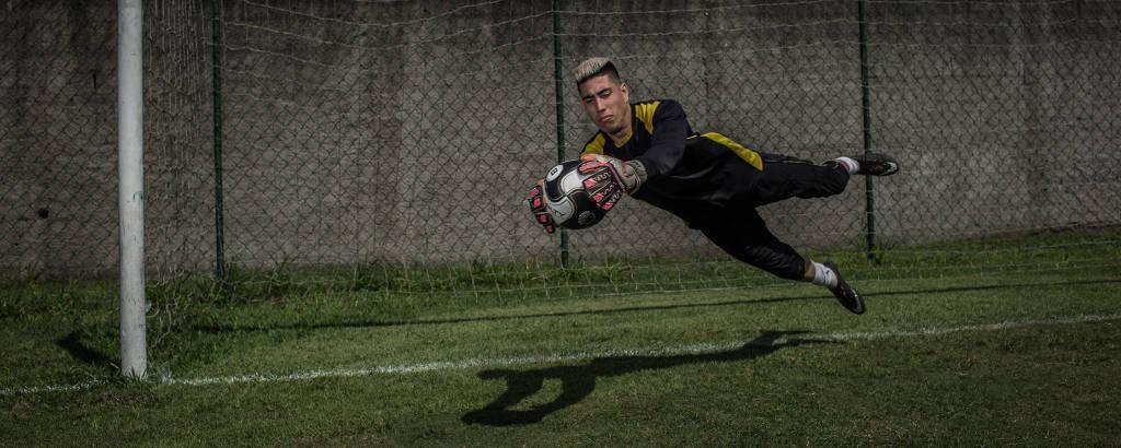 O goleiro Kaique Rocha, 22, sem clube, tenta se recolocar no futebol profissional