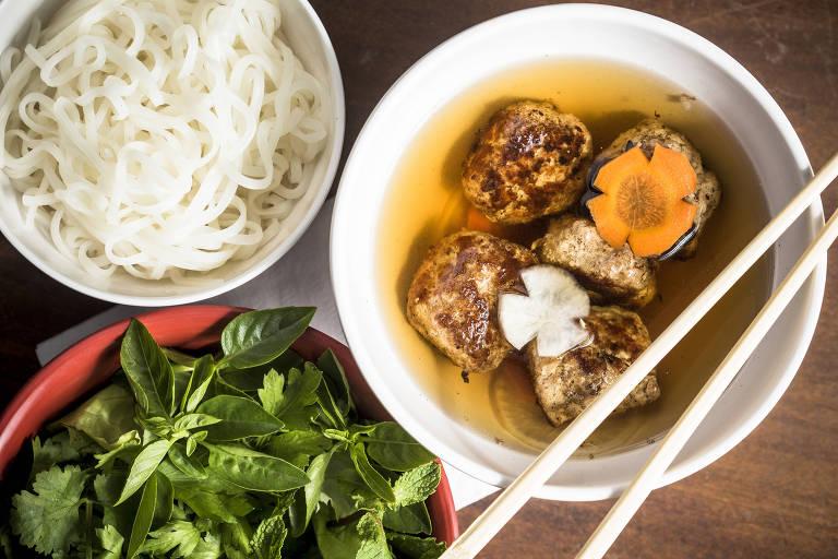 No Bia Hoi, prato tem almôndegas de porco grelhadas, servidas em caldo de molho de peixe e acompanhadas por salada de folhas e ervas e macarrão de arroz