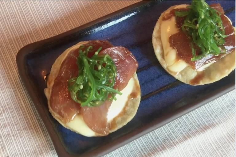 Flávio Miyamura combina atum e algas sobre tostada de milho, no Extásia