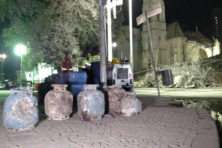 Botijões de gás encontrados pelos bombeiros nos escombros do prédio que ruiu