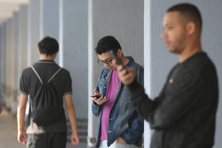 Pessoas usam celular na região central de São Paulo