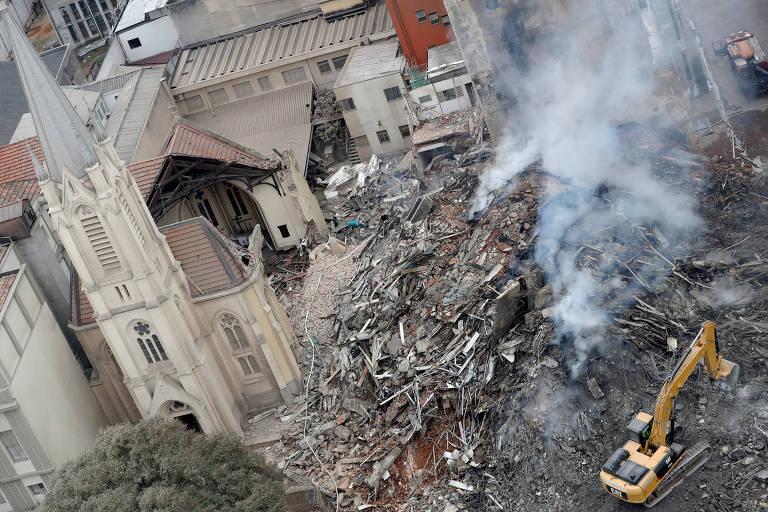 Escavadeira remove escombros do prédio Wilton Paes de Almeida, que caiu no centro de SP