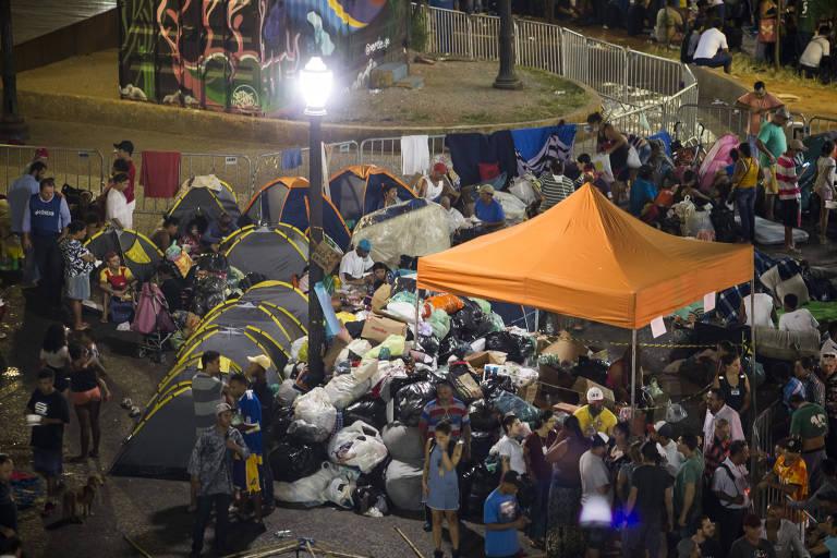 Desabrigados acampam em frente à igreja Nossa Sra. dos Homens Pretos, no largo do Paissandu; ao lado das barracas, doações recebidas