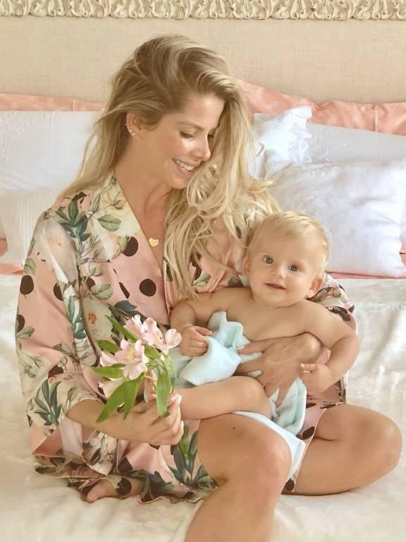 A atriz Karina Bacchi com o filho, Enrico