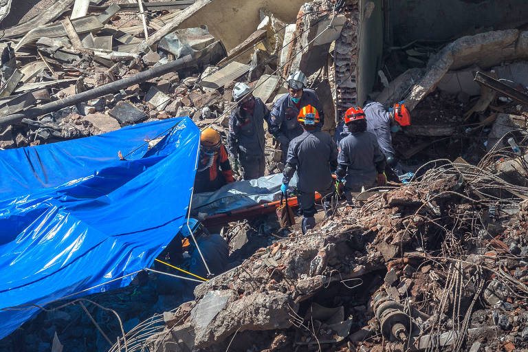 Corpo é retirado de escombros do desabamento de edifício Wilton Paes de Almeida, no largo do Paissandu, em São Paulo
