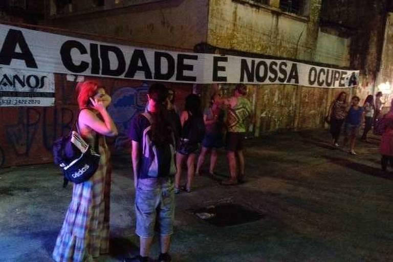 ativistas em frente a faixa