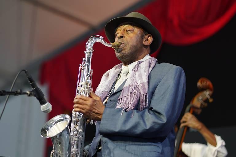 Archie Shepp toca saxofone em apresentação no New Orleans Jazz & Heritage Festival