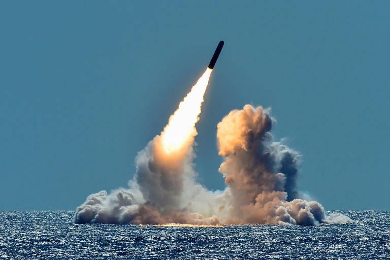 Submarino da classe Ohio dispara um míssil Trident desarmado na costa da Califórnia