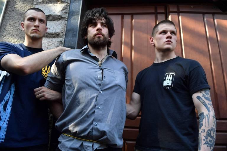 Preso e com as mãos amarradas por trás, ativista de movimento ultranacionalista na Ucrânia capturam o brasileiro Brazilian Rafael Lusvarghi, ligado a grupos pró-Rússia