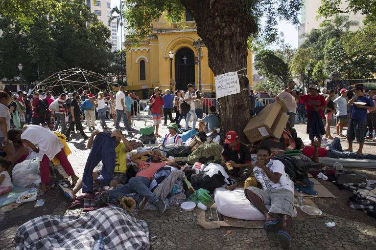 Moradores acampam em praça do centro de São Paulo após desabamento de prédio invadido