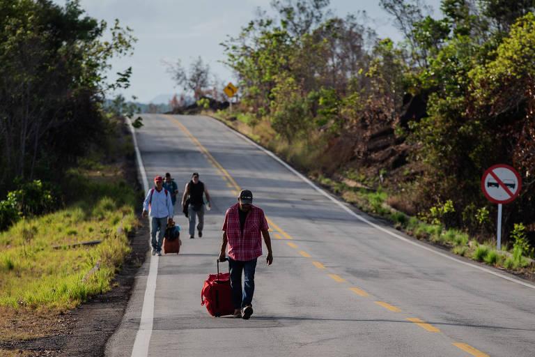 Venezuelanos seguem a pé por estrada que liga fronteira a Boa Vista, capital de Roraima