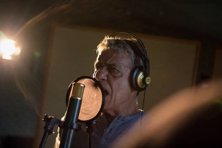 """O músico Chico Buarque na gravação do clipe """"Manifestação"""", música que será lançada pela Anistia Internacional no dia 28 de maio; a música aborda as violações de direitos humanos no Brasil"""