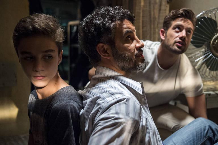 'O Outro Lado do Paraíso': Juvenal (Anderson di Rizzi) e Tomaz (Vitor Figueiredo) sob a mira de Renato (Rafael Cardoso)