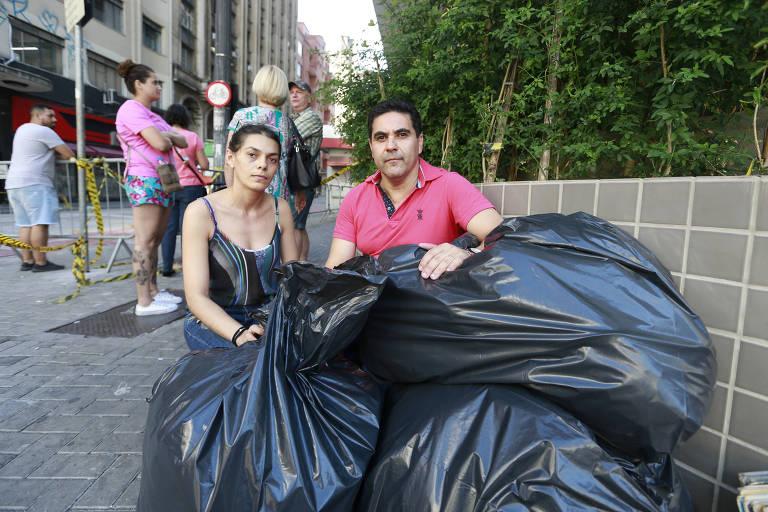 Casal de comerciantes João Jose dos Santos Júnior com a mulher Verônica Antônio de Souza com os sacos de roupas que conseguiram tirar do apartamento onde moram