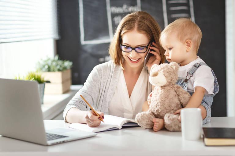 Mulher trabalhando com bebê