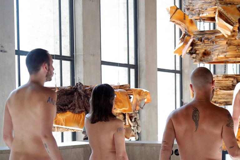 Nudistas visitam museu em Paris