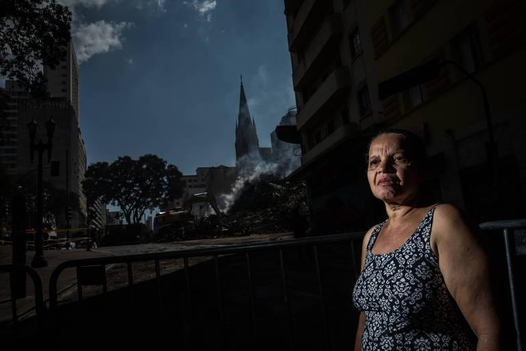 Maria da Silva Oliveira (53), zeladora da Igreja luterana Martin Luther, ao lado do edifício Wilton Paes de Almeida, no largo Paissandu. Ela e o marido moravam na casa atras da igreja