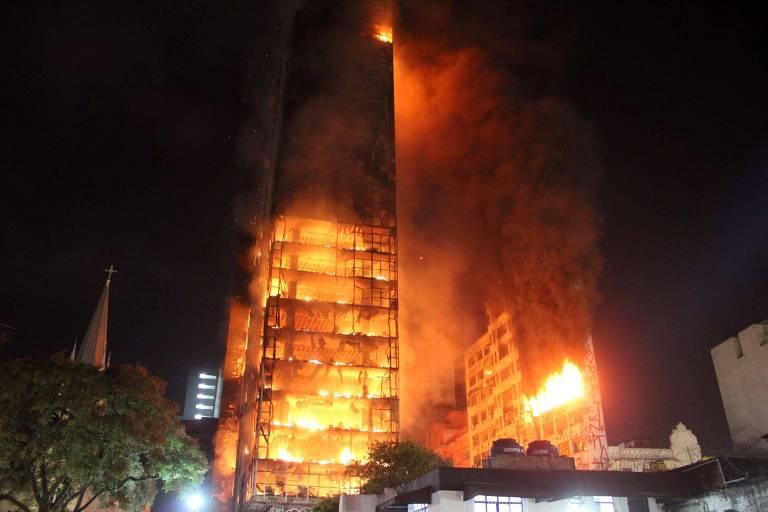 Prédio desaba durante incêndio no centro de SP