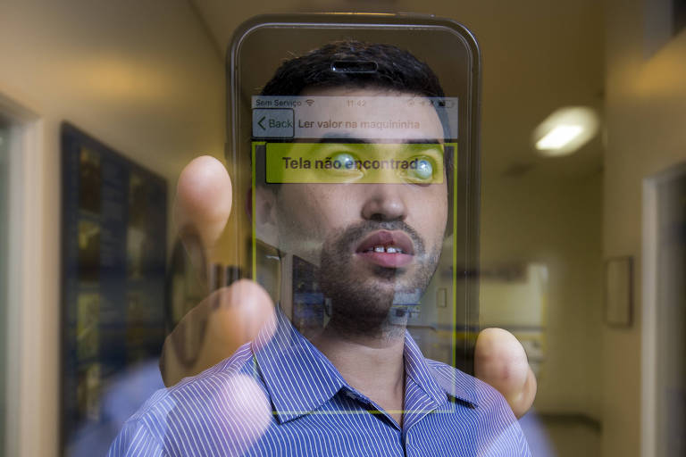 O analista de sistemas Leonardo Ferreira, portador de deficiência visual, mostra o aplicativo de acessibilidade em pagamentos