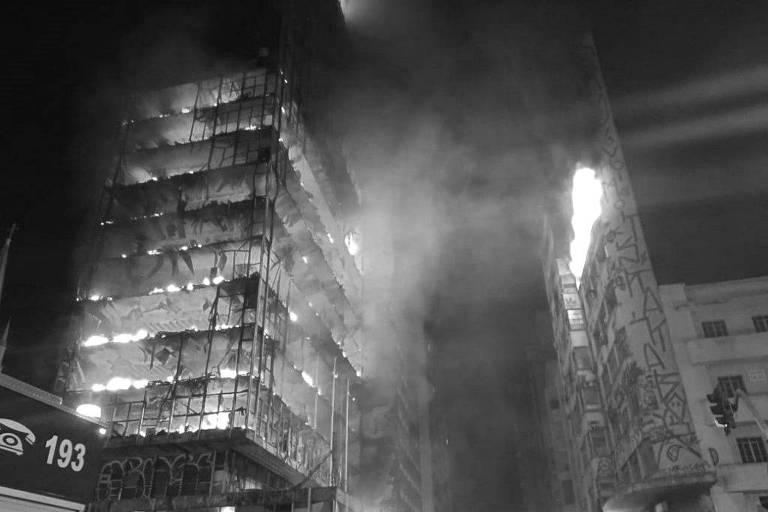 Edifício todo em chamas