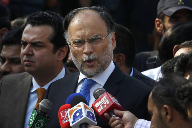 O Ministro do Interior no Paquistão fala a jornalistas em Islamabad