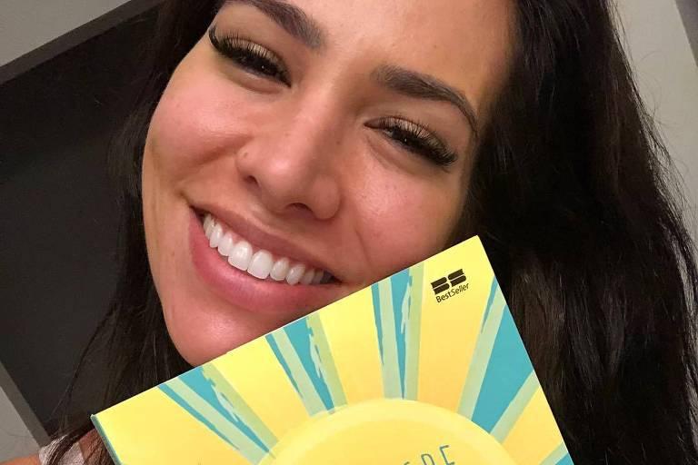 Adriana Sant'Ana segura o livro 'O Milagre da Manhã'